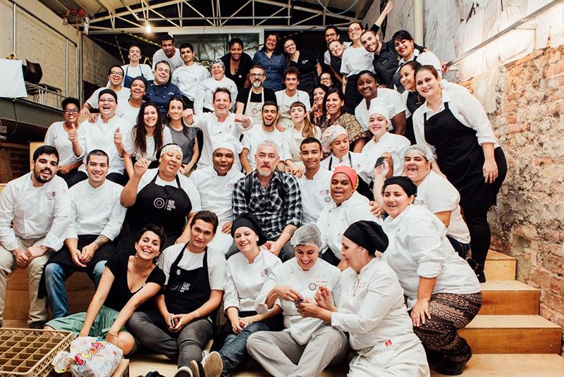 Massimo Bottura et ses chefs cuisiniers pendant les Jeux Omlypiques