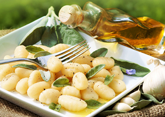 Sauge bio et huile d'olive accompagnant des gnocchis