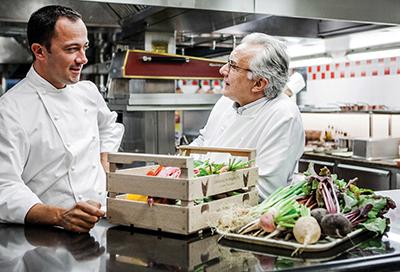 Alain Ducasse avec Romain Meder, chef cuisinier du Plaza Athénée à Paris