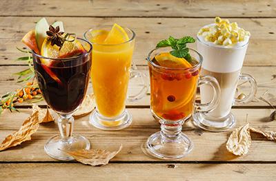 4 mugs de tisanes d'hiver aux herbes aromatiques fraîches